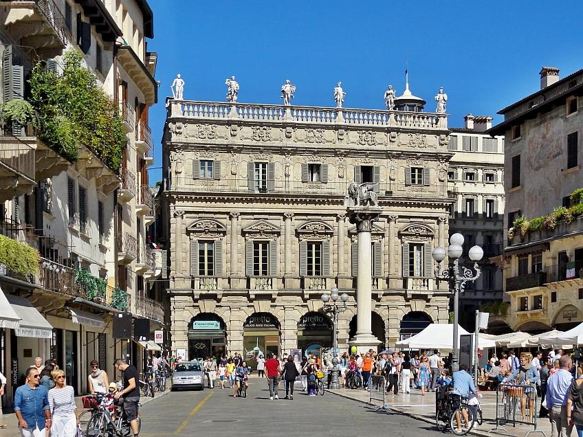 Palazzo Maffei na Piazza delle Erbe ve Veroně Itálie